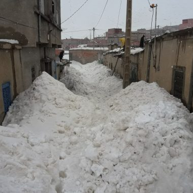 ميدلت:الثلوج تحاصر قرية تونفيت و المنازل  الطينية مهددة بالانهيار