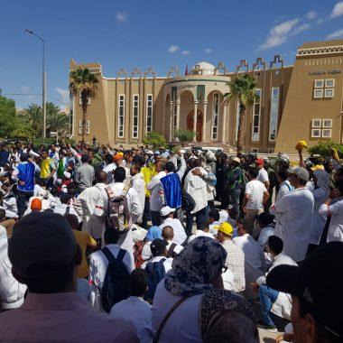 الرشيدية/عاجل:الأساتذة المتعاقدون يخرجون في مسيرة احتجاجية مطالبين باسقاط نظام التعاقد